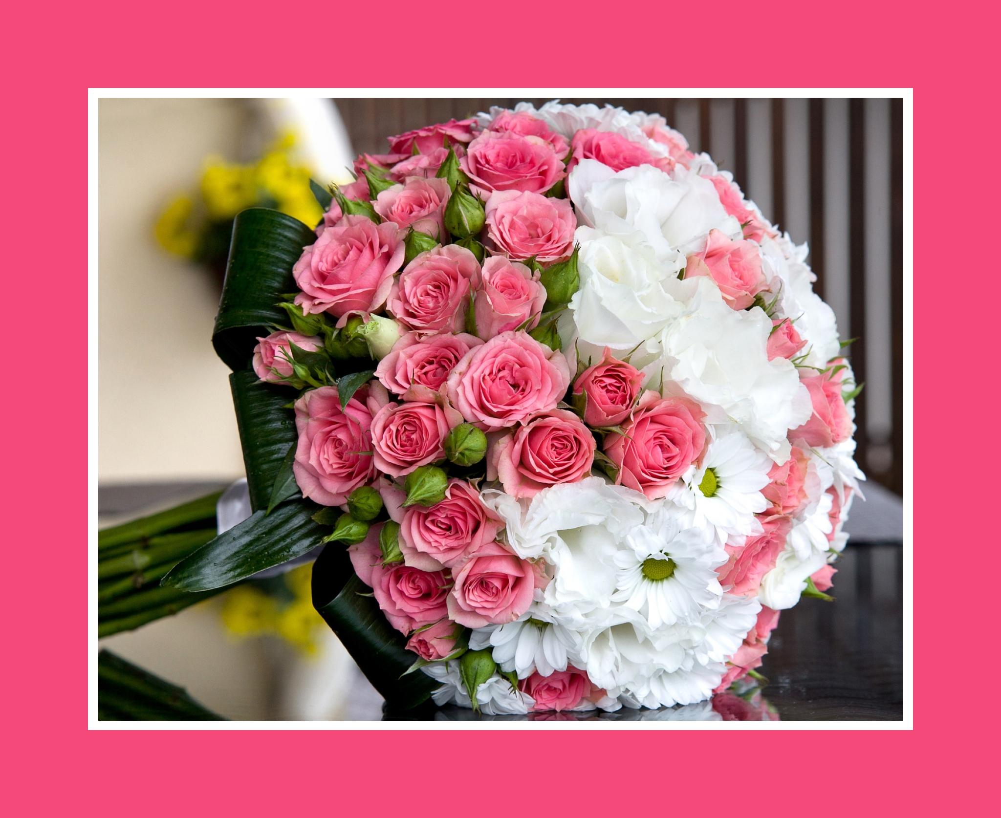 Brautstrauß aus Rosen, Pfingstrosen und Kamillen in Rosa und Weiß