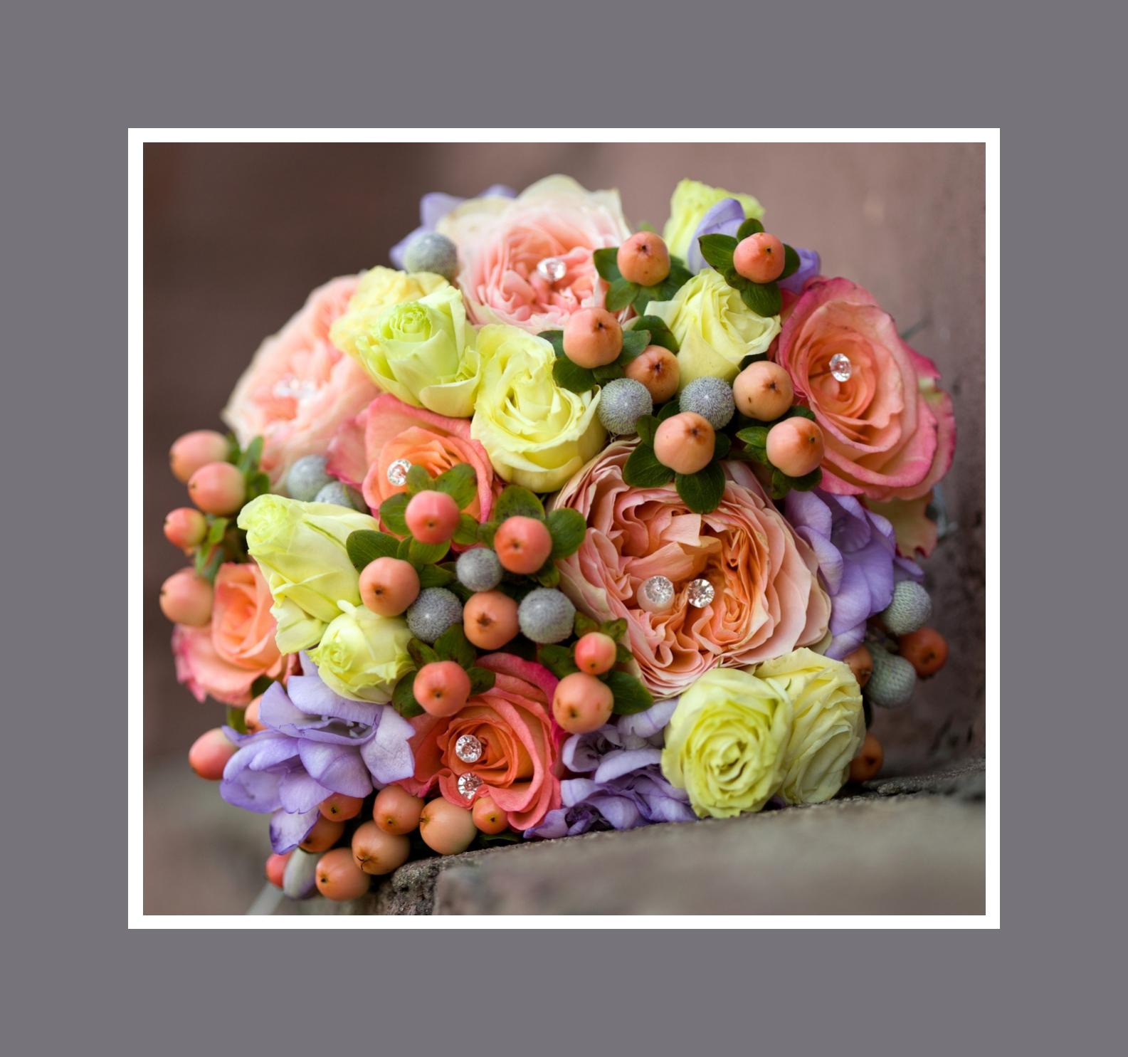 Brautstrauß aus Rosen und Ranunkeln mit Tollkirschen und Beeren
