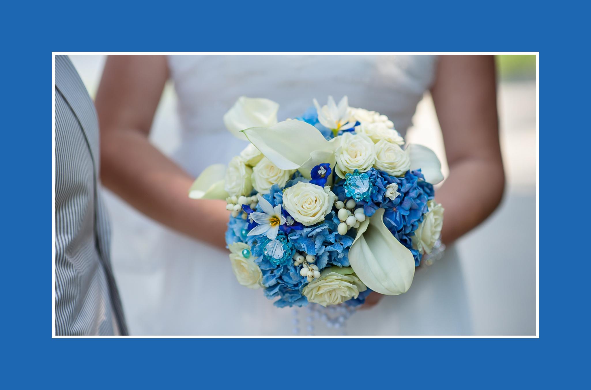 Brautstrauß in Meeresblau Rosen Hortensien Kalla Schneebeeren