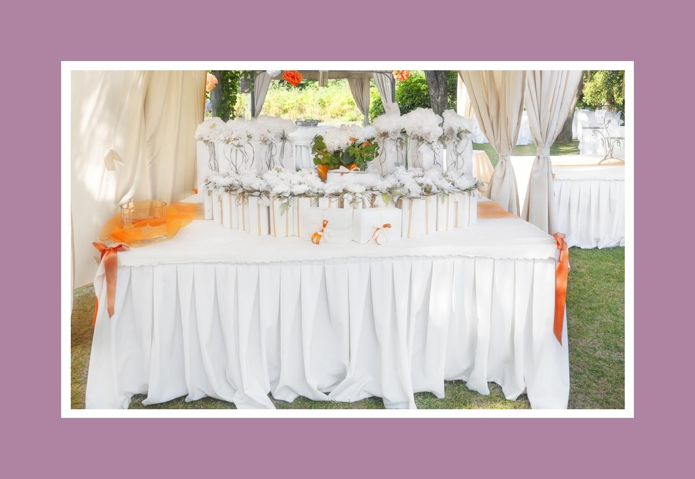 Die Geschenke warten auf die Gäste auf einem getrennten Tisch