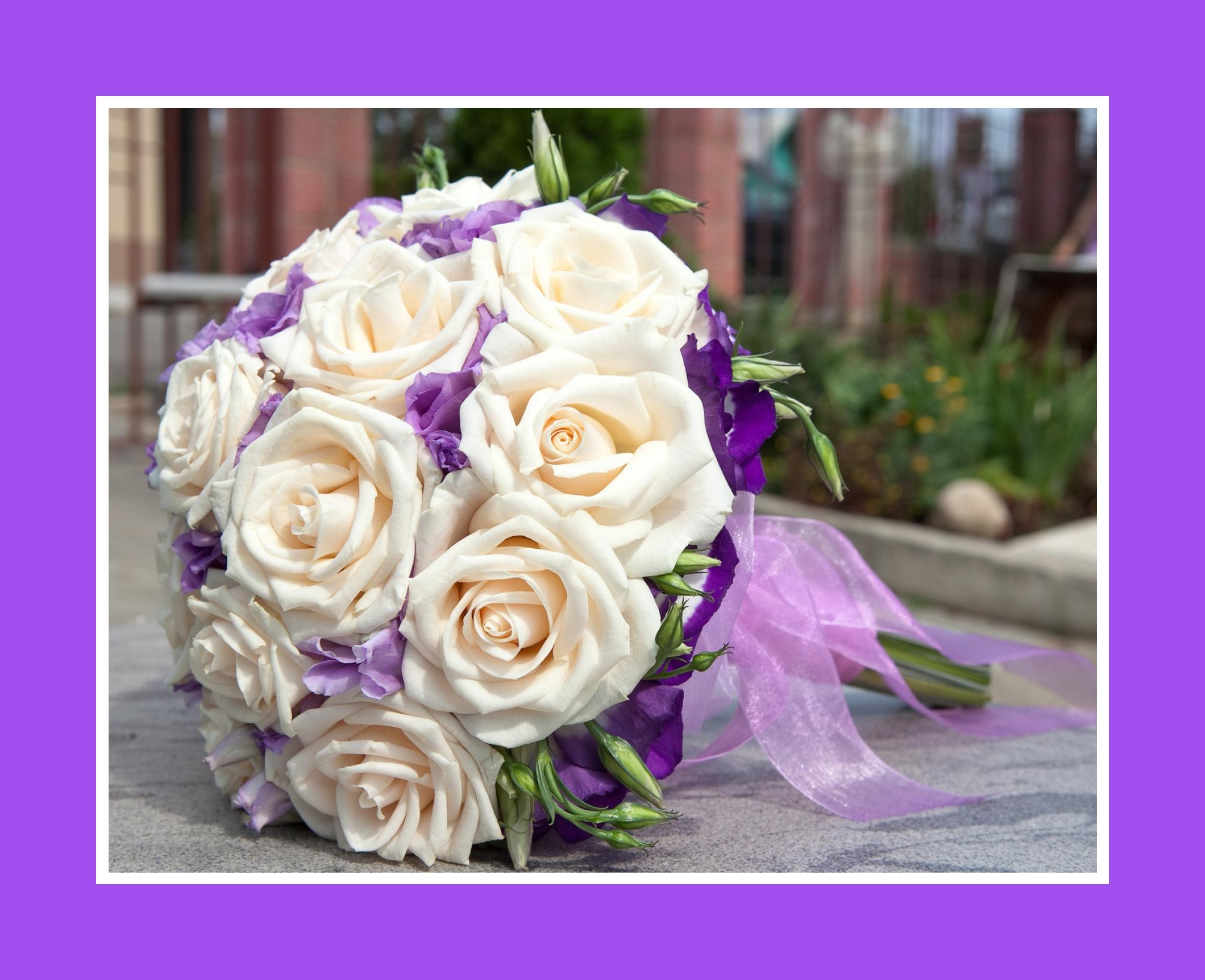 Hochzeitsstrauß aus Rosen und Veilchen in Weiß und Lila