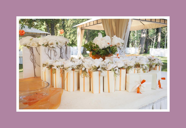 In Weiß und Orange dekorierte Geschenkboxen - ideal für eine herbstliche Hochzeit