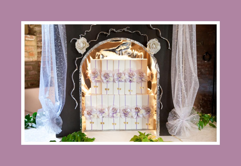 Lila-weiße Geschenkboxen, die zur Deko der Hochzeit passen