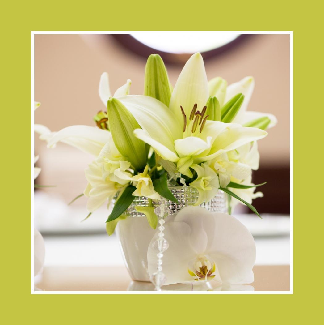 Lilien und Orchideen als elegante Blumendeko
