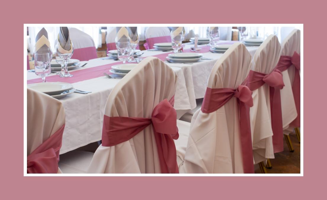 Prächtige Schleifen auf Stuhlhussen aus rosa Chiffon oder Seide