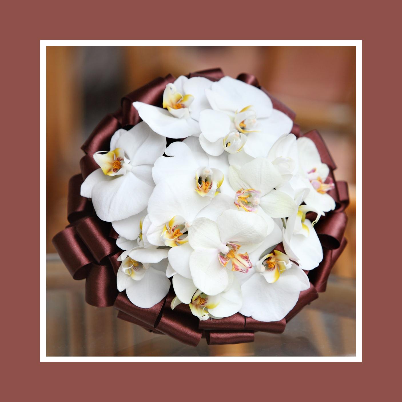 Strauß aus Orchideen in Weiss und Schokoladenbraun