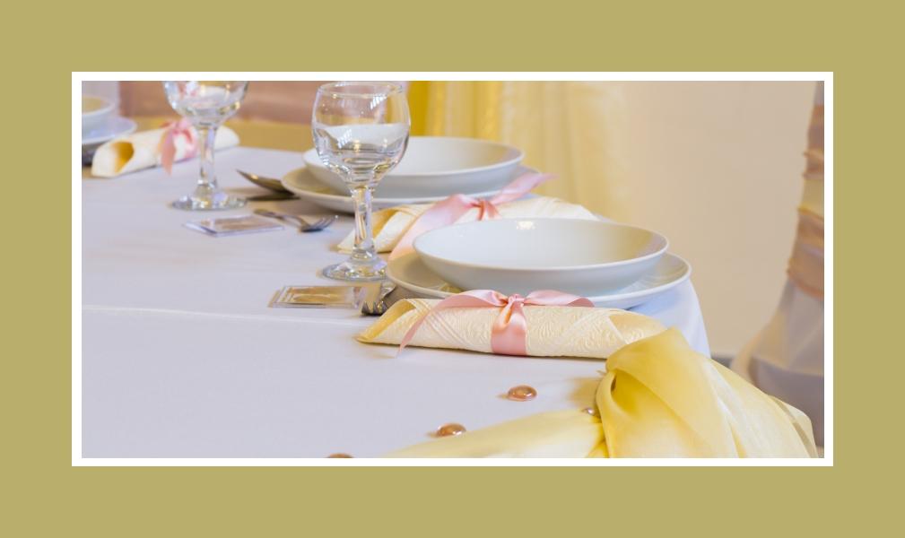 Zarte pfirsichfarbene Servietten mit romantischem Ornament und rosa Schleife