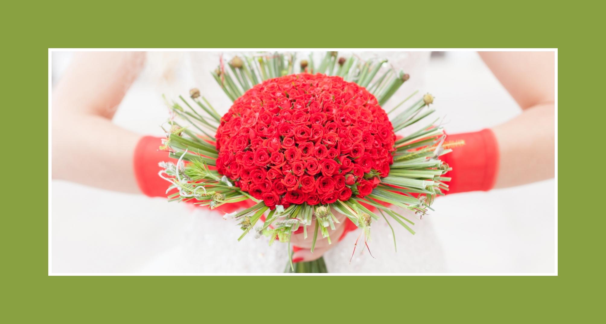 Außergewöhnlicher Brautstrauß aus kleinen Rosen & Löwenzahn-Blättern