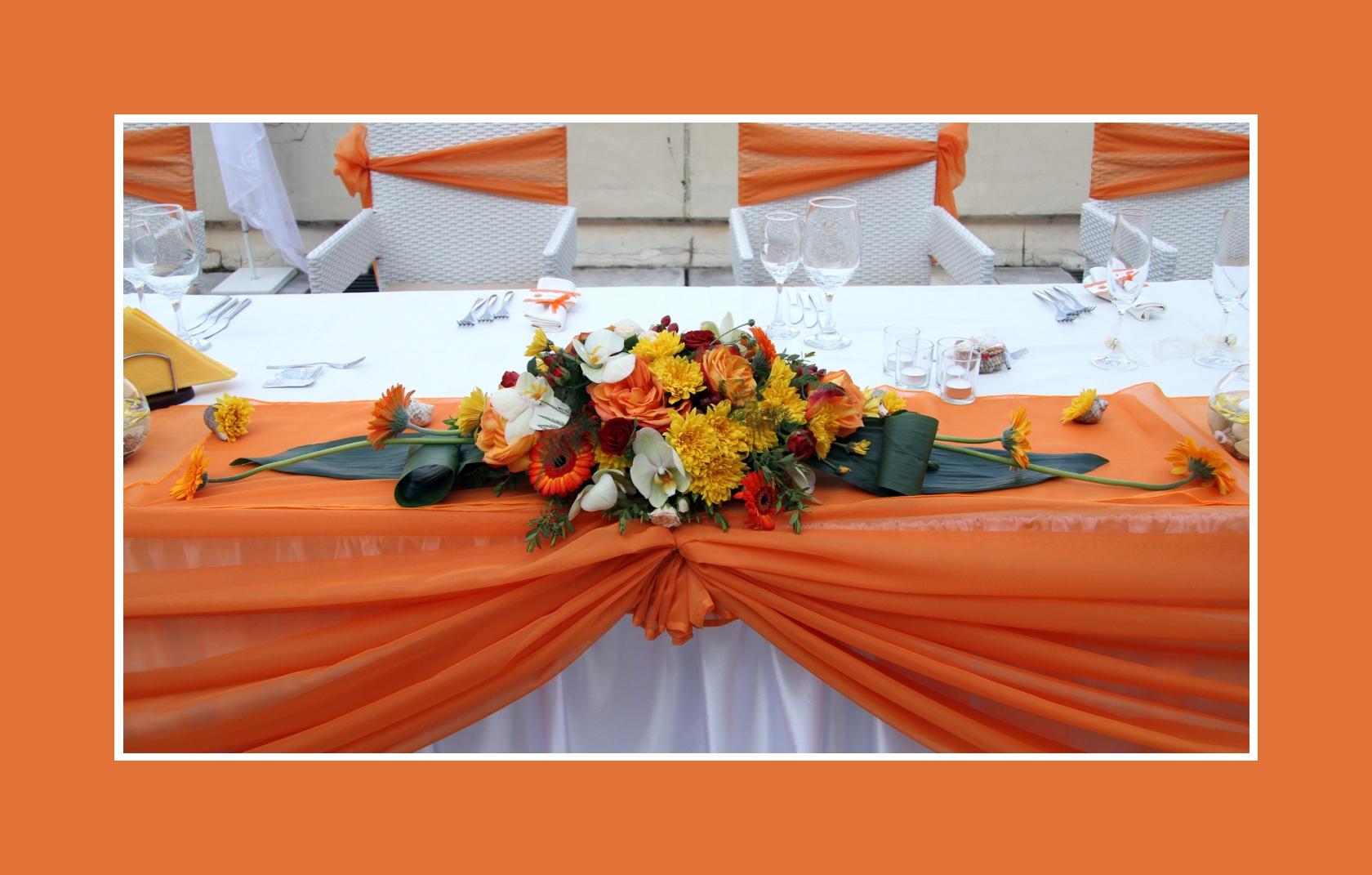 Blumendeko für Hochzeit in Orange-Weiß & Goldfische