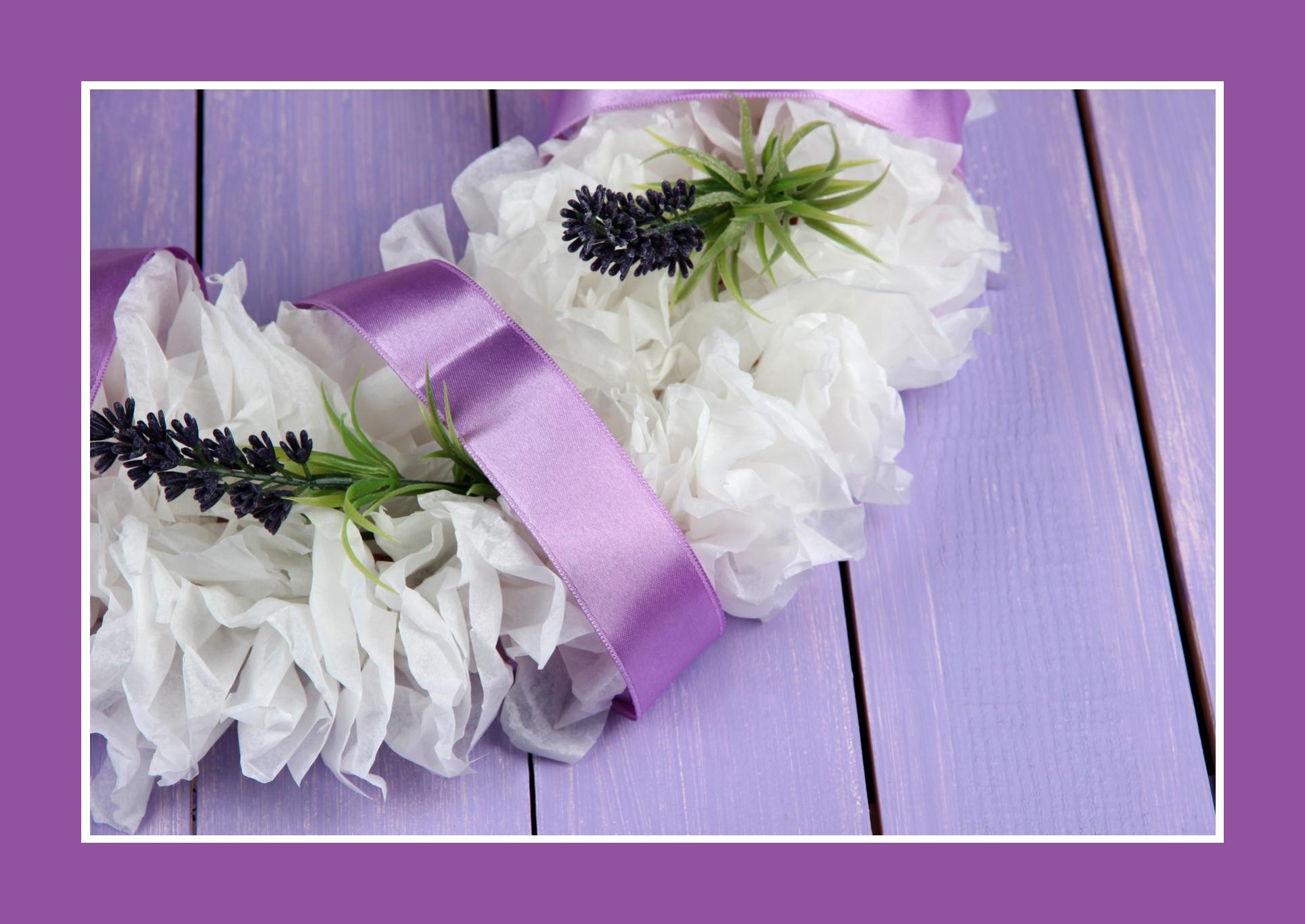 Blumenkranz / Blumenschmuck aus Kunstblumen in Lila-Weiß – moderne Hochzeitsfloristik
