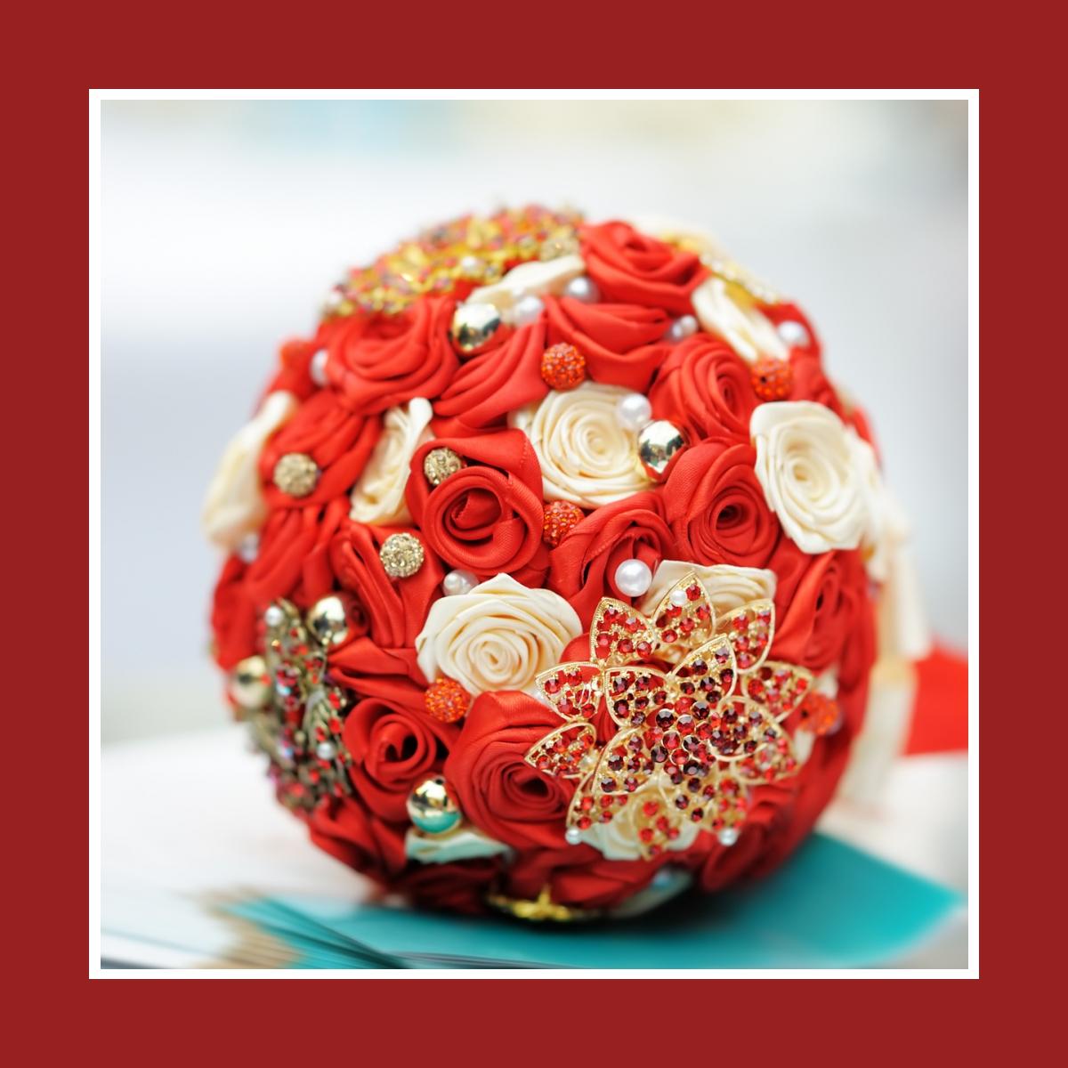 Moderner Brautstrauß aus Kunstblumen (Kunstrosen) in Kugelform