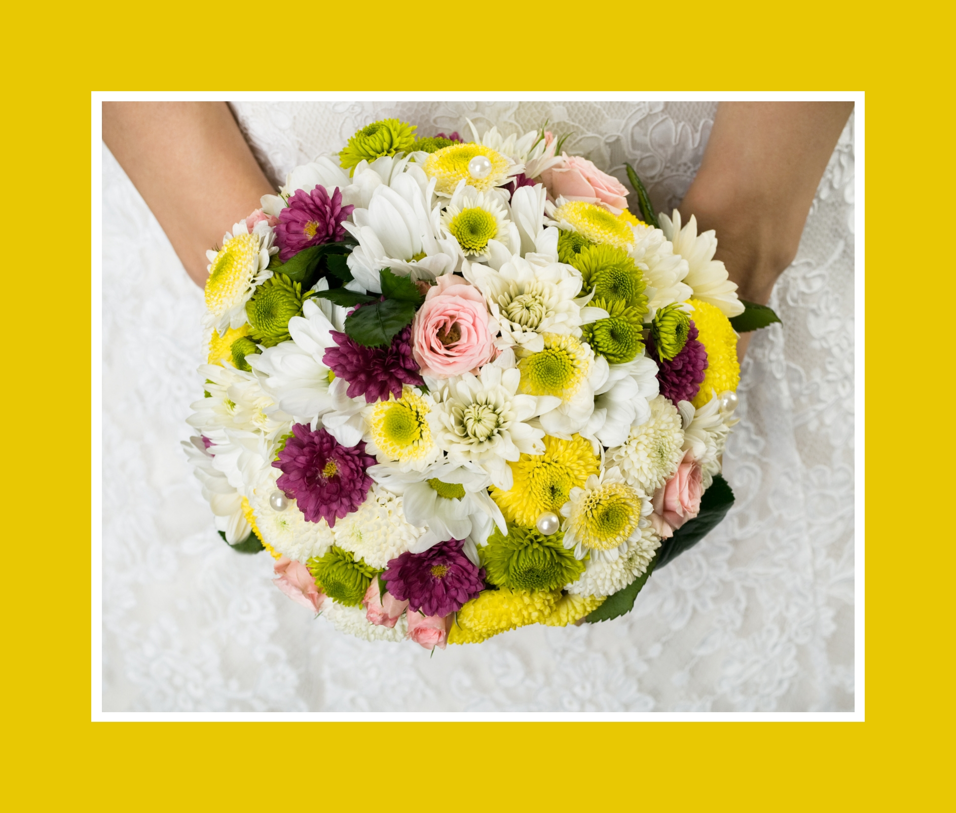 Brautstrauß aus Rosen, Chrysanthemen und Astern mit Grün in Biedermeier-Form