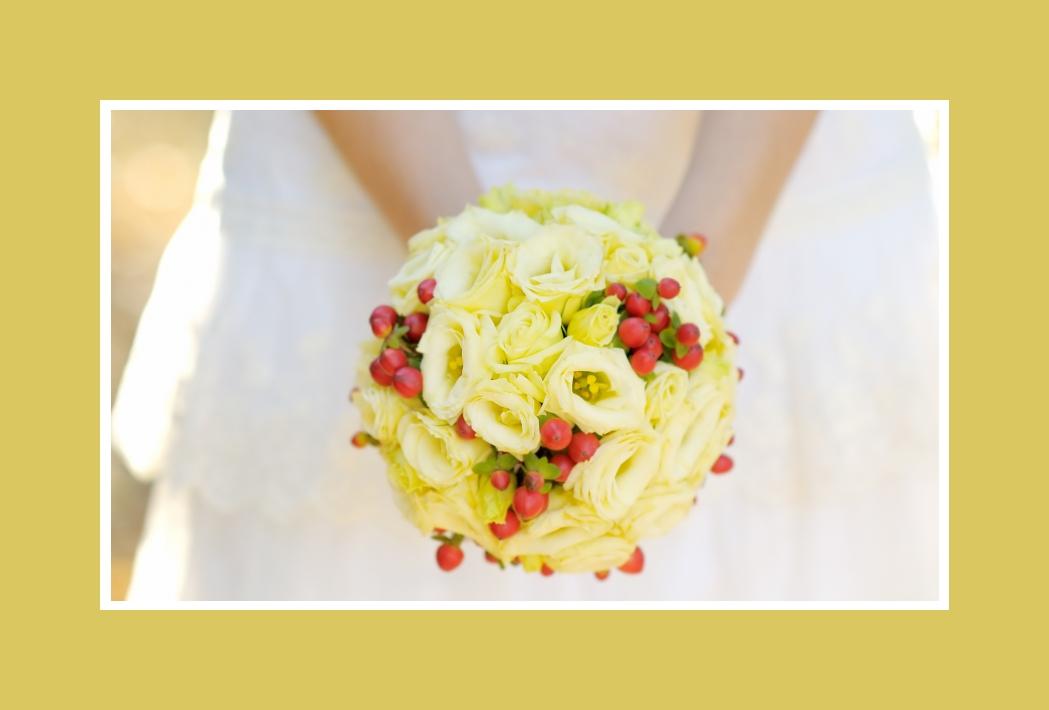 Brautstrauß mit grün-gelben Rosen & Herbstmotiven in einer Kugelform