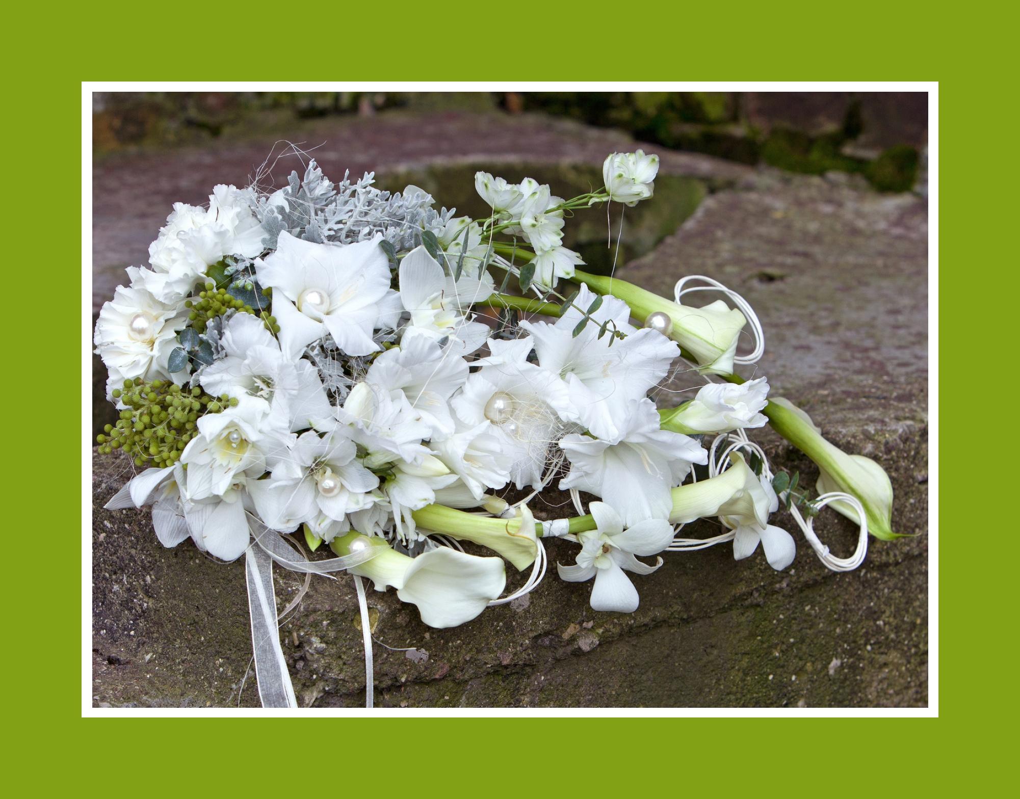 Brautstrauß aus Irisen, Magnolien, Lilien und Freesien
