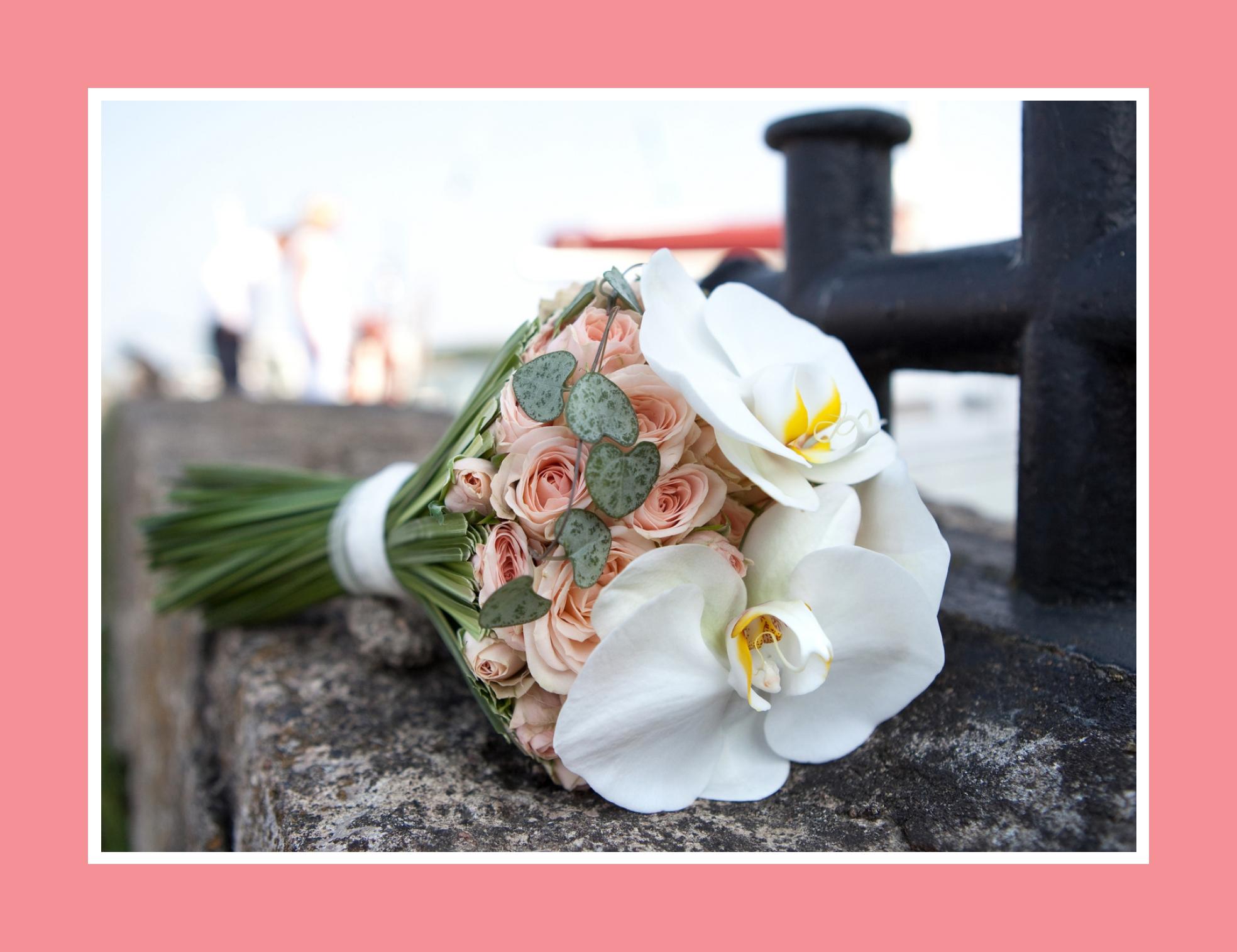 Hochzeitsstrauß aus weißen Orchideen, hellrosa Rosen und Efeu