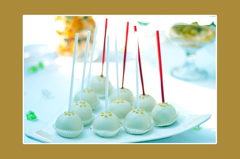 Leckere Pralinen in weißer Schokolade für Hochzeit