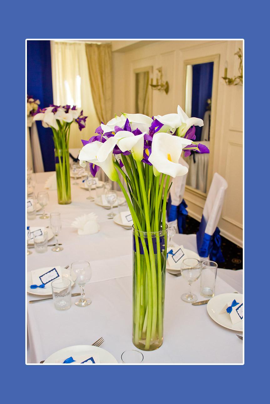Blumensträuße aus Schwertlilien und Kalla-Lilien