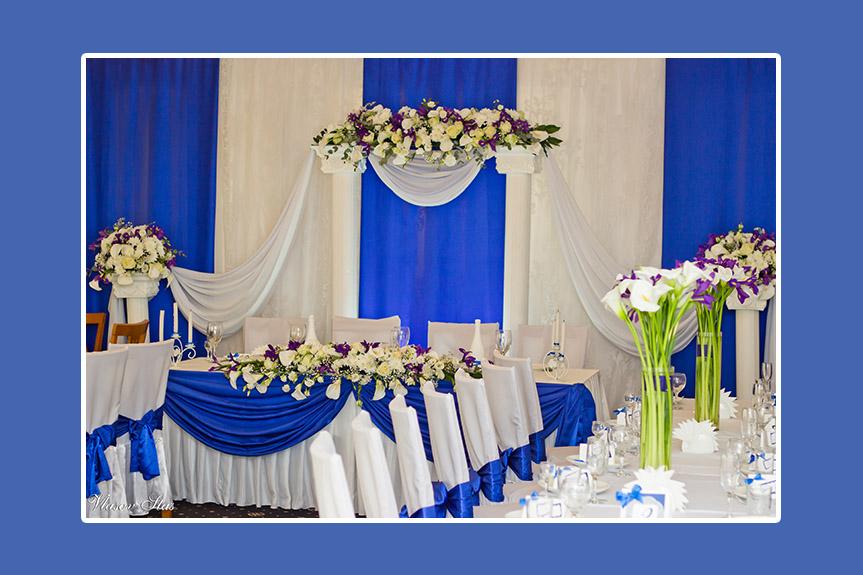 Brautpaartisch blau mit vielen Blumen