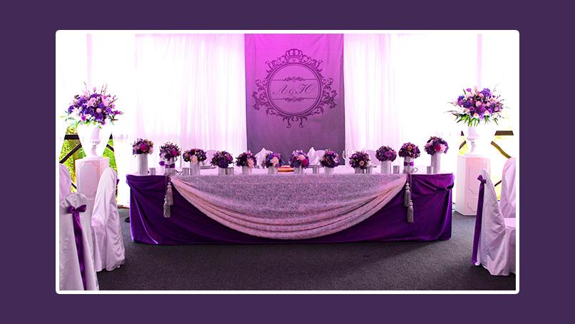 Hochzeitsdeko Brautpaartisch ganz in Violett