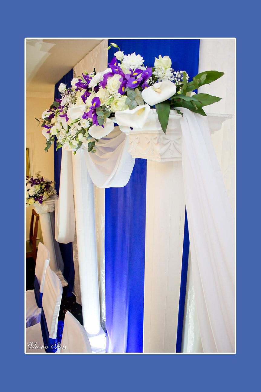 Kallas, Schwertlilie, Astern, Rosen am Brautpaartisch Hintergrund