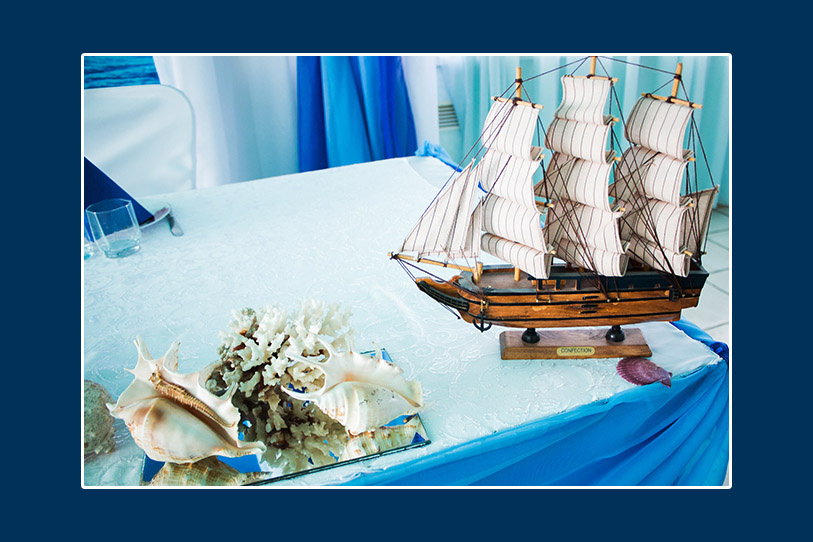 Modellschiff und Muscheln