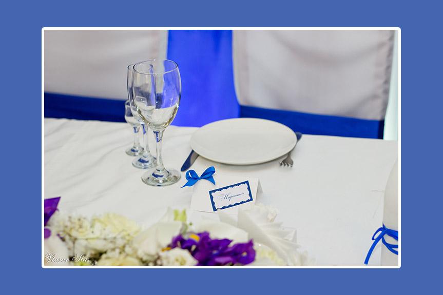 Namenskarte mit blauer Schleife