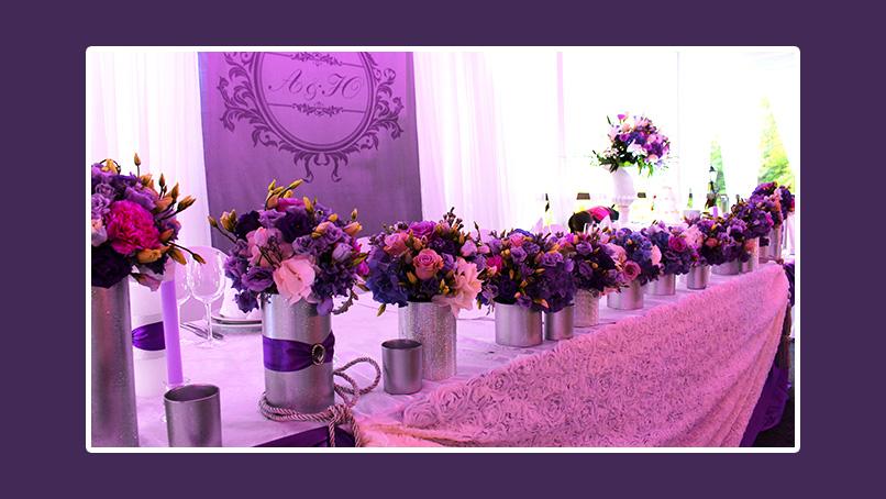 Pink-Violette Blumendeko in silbernen Vasen Brautpaartisch