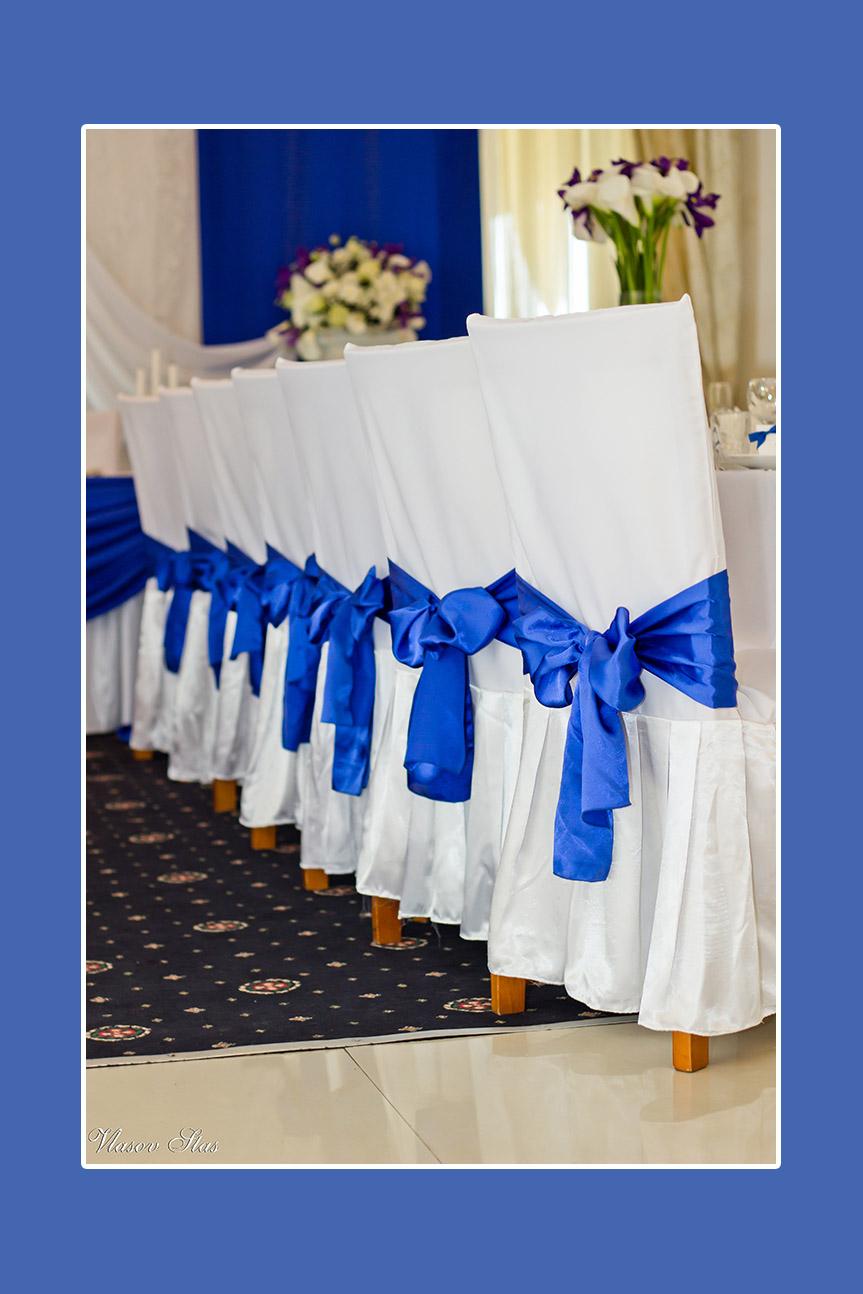 Stuhlhussen mit blauen Satinschleifen