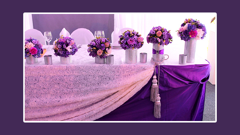 Violetter und rosa Tischrock Brautpaartisch