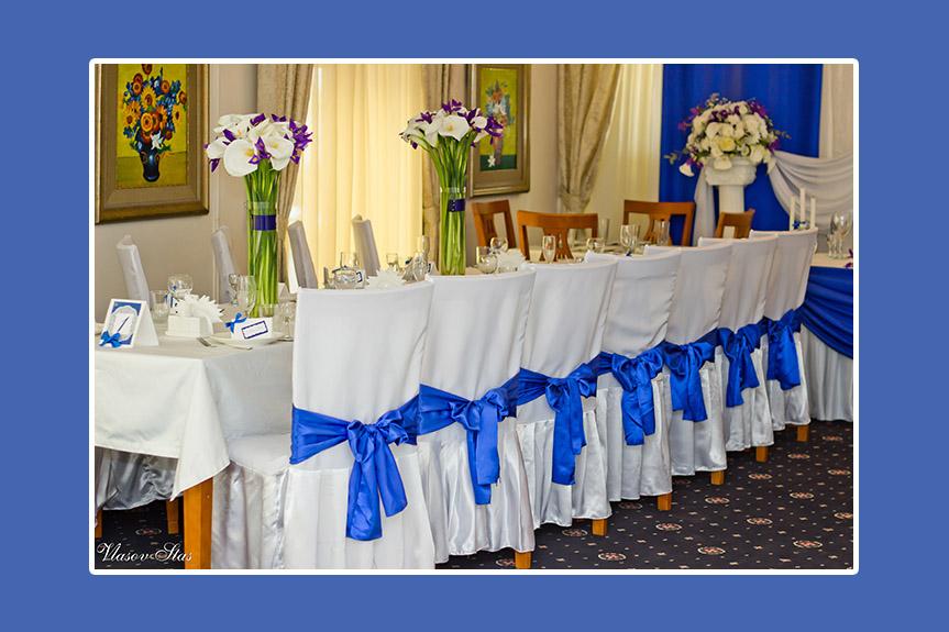 Weiße Tischdecken und Stuhlhussen für blaue Hochzeitsdeko