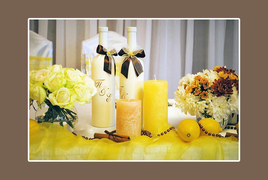 Dekoration Tisch mit Blumen Kerzen Sekt