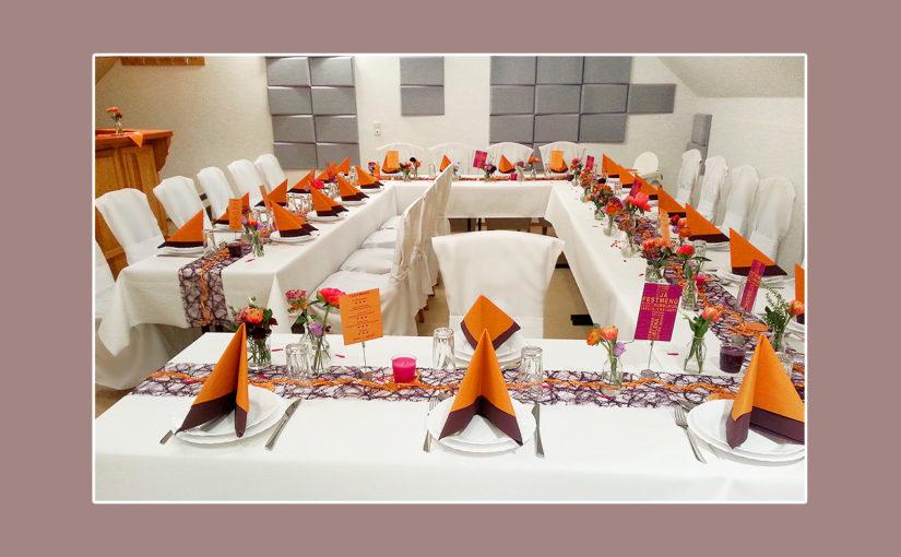 Moderne Hochzeitsdekoration in Orange und Lila