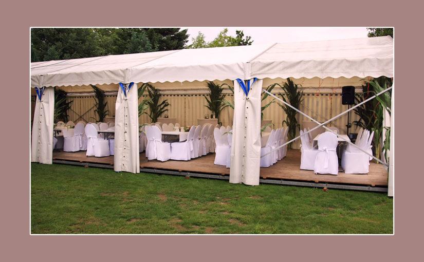 Feine Hochzeitsdeko in Weiß im Zelt